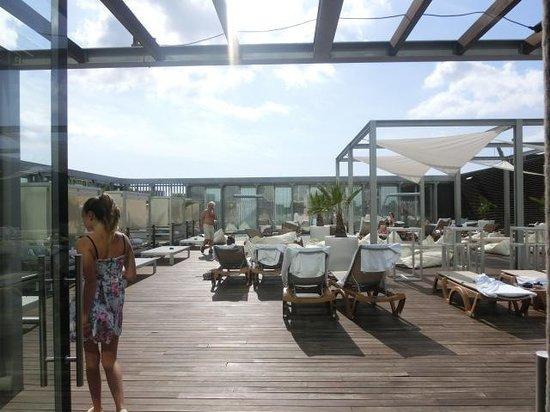 Melia Barcelona Sky: Vue sur la piscine et solarium
