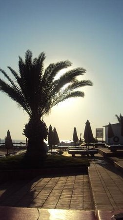 Mercure Hurghada Hotel: early morning poolside