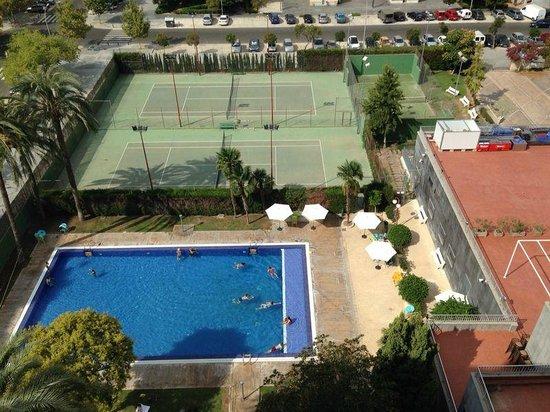 Hotel Medium Valencia: Vista camera 8° Piano - Piscina e campi da gioco