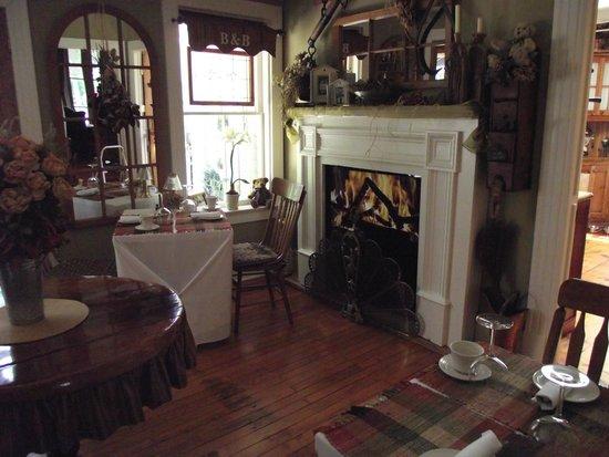 Historic Davy House B&B Inn: Davy House's New Dining Rm. Fireplace