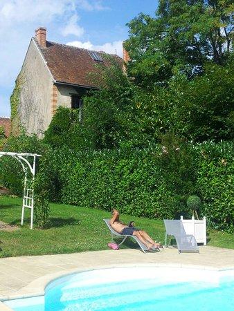 Hotel la Roseraie : Lazing by the pool