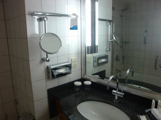 Radisson Blu Hotel, Bremen: Our Ensuite Bathroom