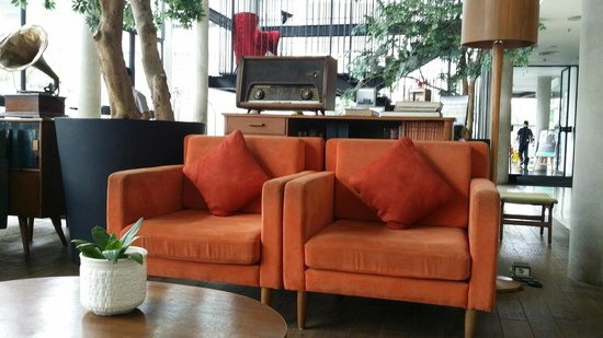 Morrissey Hotel Residences: Vintage furnitures used at the lobby