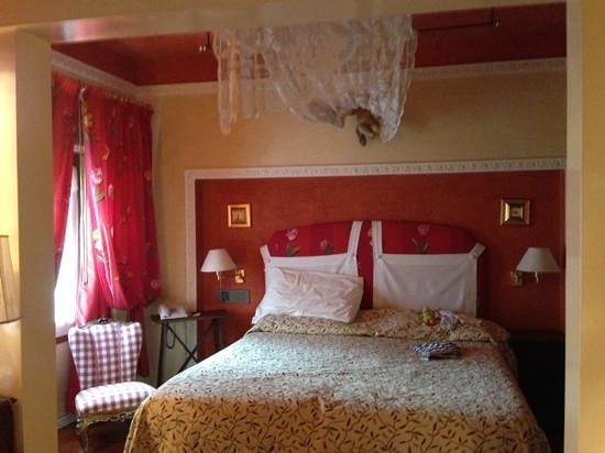 Hotel Gabbia d'Oro: Bedroom of our tiny, lovely suite