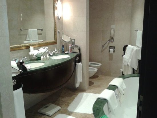 JA Jebel Ali Beach Hotel: spacious bathroom