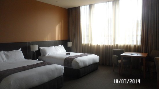 Scenic Hotel Dunedin City: Large spacious room and big comfy beds.
