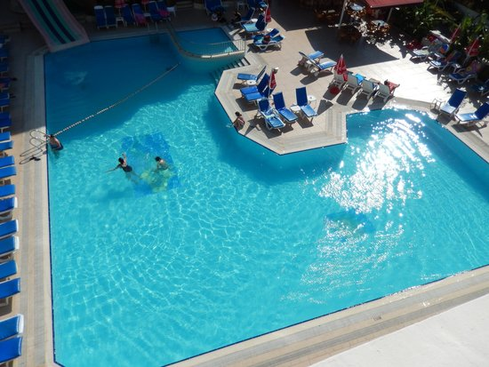 Candan Apart Hotel : pool and view from our room