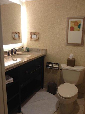 The Waterfront Beach Resort, A Hilton Hotel : Bathroom