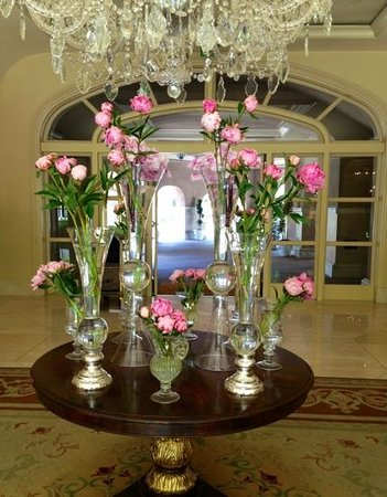 The Langham Huntington, Pasadena, Los Angeles: Table of blooms that greets you as you come into the lobby