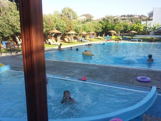Vallian Village Hotel : pools