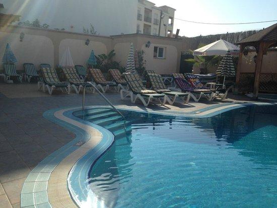 Hotel Nerja Princ: pool area in the morning