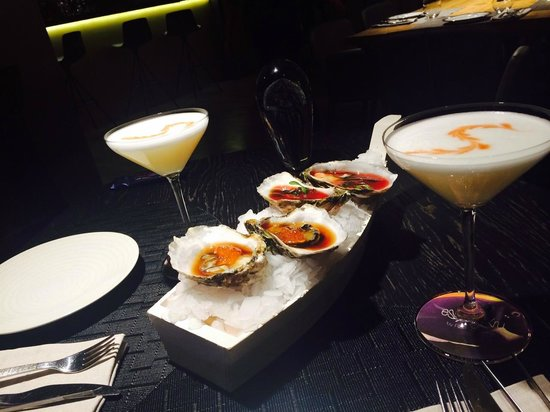 Espai Kru: Amazing combination, oysters in ceviche sauce accompanied with Peruvian cocktail Pisco Sour