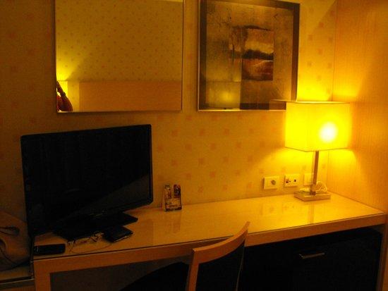 Holiday Inn Milan - Garibaldi Station: ESCRITORIO