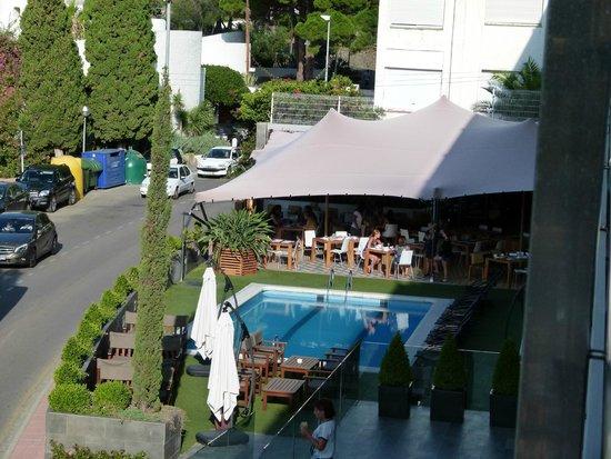 Canyelles Platja : piscine et terrasse