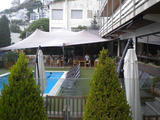 كانيليس بلاتيا: Vue du balcon de la chambre vers la piscine