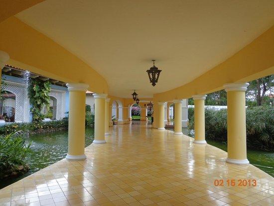 Iberostar Hacienda Dominicus: si no queres caminar por los caminos de jardin,podes hacerlo por aqui