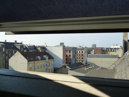 Hotel Kong Arthur: à travers l'une des fenêtres de la chambre