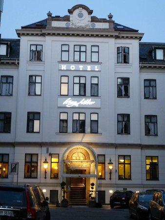 Hotel Kong Arthur: le bâtiment principal, le soir