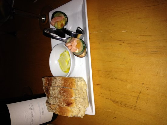 Zees Grill : complimentary bread plate delivered and a chef's sampler