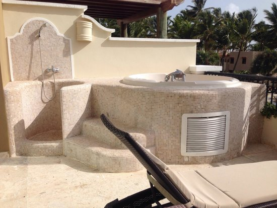Now Larimar Punta Cana: Hot tub jaccuzzi on balcony of preferred club master suite ocean front view