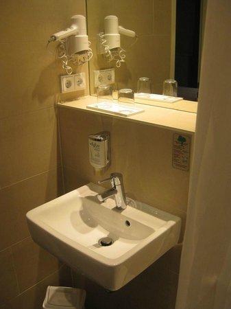 Novum Style Hotel Berlin Zentrum: Waschbecken im kleinen Badezimmer