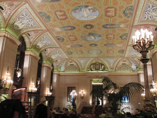 Palmer House A Hilton Hotel: This is the roof in the lobby of the hotel.