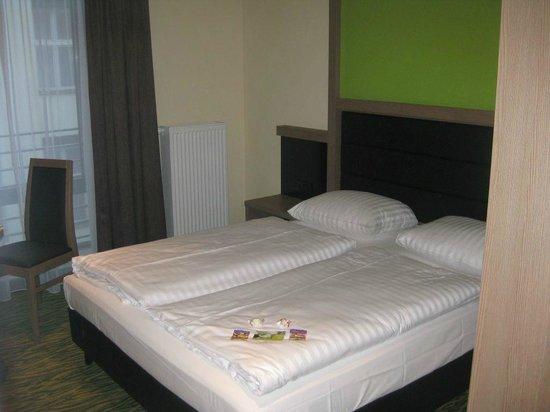 Novum Style Hotel Berlin Zentrum: Doppelbett im kleinem Zimmer