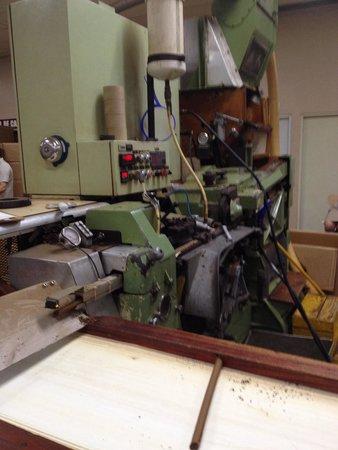 La Aurora Cigar Factory: Macchina taglia il sigaro