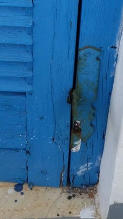 Hotel Serifos Beach Livadi: Broken door and old, crumbling paint.