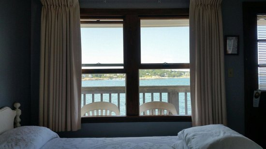 Bearskin Neck Motor Lodge: Sitting on the bed looking at the view, great sleep with sound of the ocean
