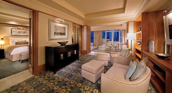 The Ritz-Carlton, Dubai International Financial Centre: Ambassador Suite with balcony