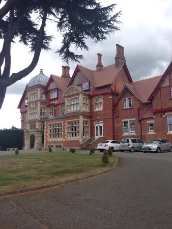 Pendley Manor Hotel: Front view as you drive in.
