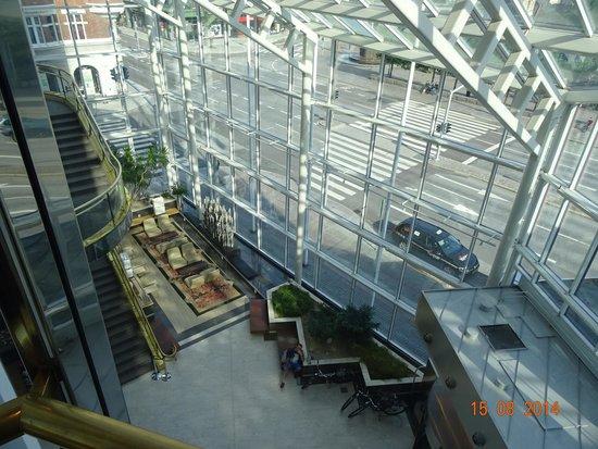 Scandic Triangeln: vue du hall prise dans l'ascenseur