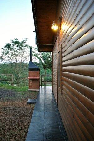 Costa del Sol Iguazu: Costado de la cabaña.
