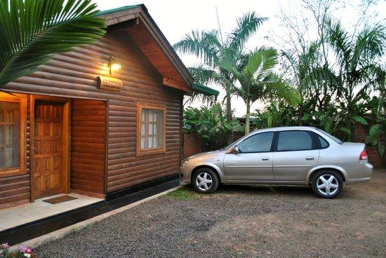 Costa del Sol Iguazu: Estacionamiento frente a la Cabaña.