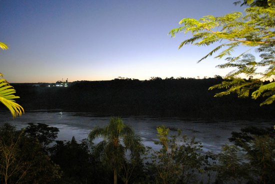 Costa del Sol Iguazú: Anochecer desde la piscina. Hermoso.