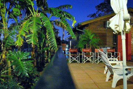 Costa del Sol Iguazú: Vista Nocurna pileta y alrededores.