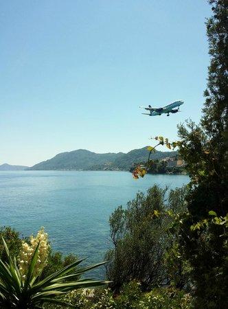 Corfu Holiday Palace: Vista atterraggio dalla spiaggia dell'Hotel