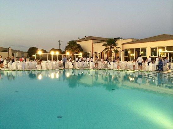 Eden Village Premium Sikania Resort & SPA : piscina addobbata per ferragosto