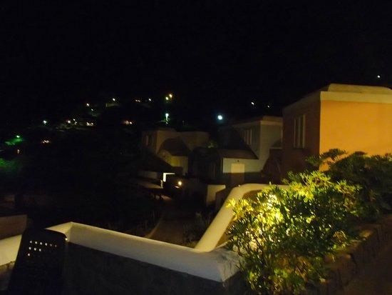 Hotel Villaggio dei Pescatori: Camere colorate Villaggio dei Pescatori (notturno )