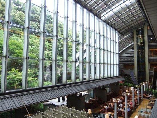 Hotel Gajoen Tokyo: ガラス張り部分は吹き抜け