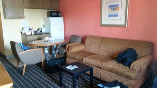 Seashire Inn & Suites: pokój z aneksem kuchennym, rozkładana kanapa