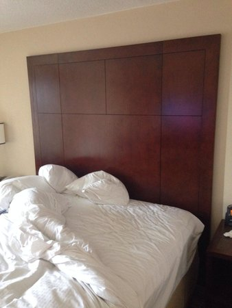 Skokie, Ιλινόις: This headboard shook me awake when my neighbors were having sex
