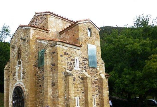 San Miguel de Lillo: vista lateral