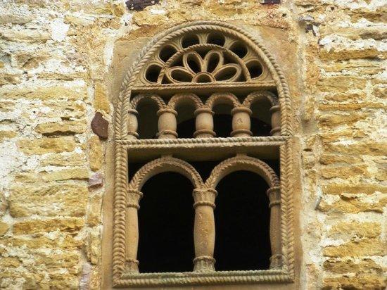 San Miguel de Lillo: detalle de ventana