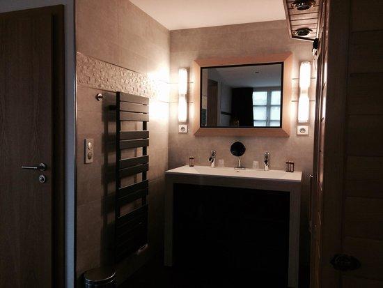 Auberge du Cheval Blanc: Salle de bains chambre QUARTZ ROSE