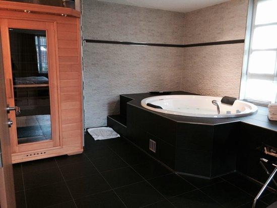 Auberge du Cheval Blanc: Chambre QUARTZ ROSE : Jacuzzi et sauna