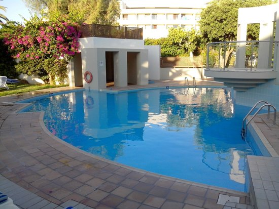 Agapi Beach Hotel: piscine au pied des bungalows