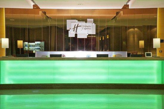 Holiday Inn Express Sanlin Shanghai: Front Desk