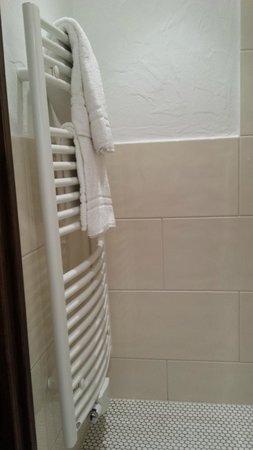Vier Jahreszeiten am Schluchsee : radiateur dans salle de bain